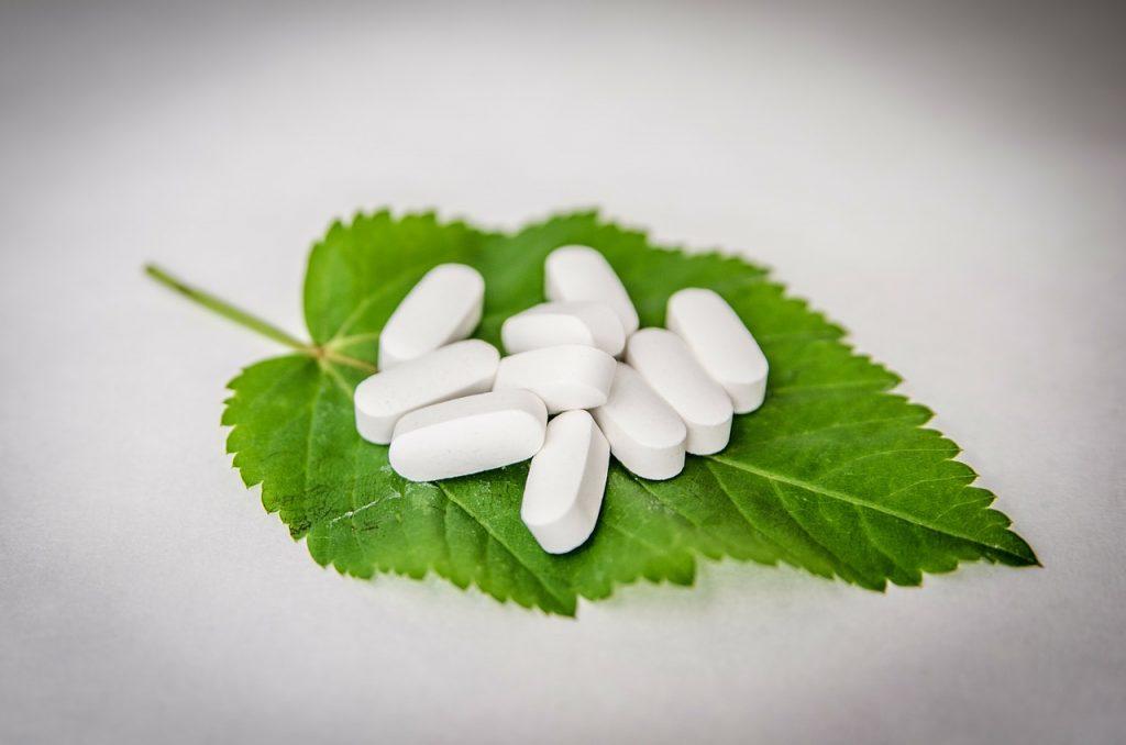 Tabletten auf einem Blatt - BCAAs